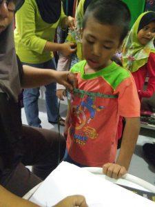 Anak-anak Pertubuhan Kebajikan & Bimbingan At-Taqwa sedang mengukur baju raya