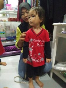 Anak-anak Pertubuhan Kebajikan & Bimbingan At-Taqwa sengan mengukur baju raya